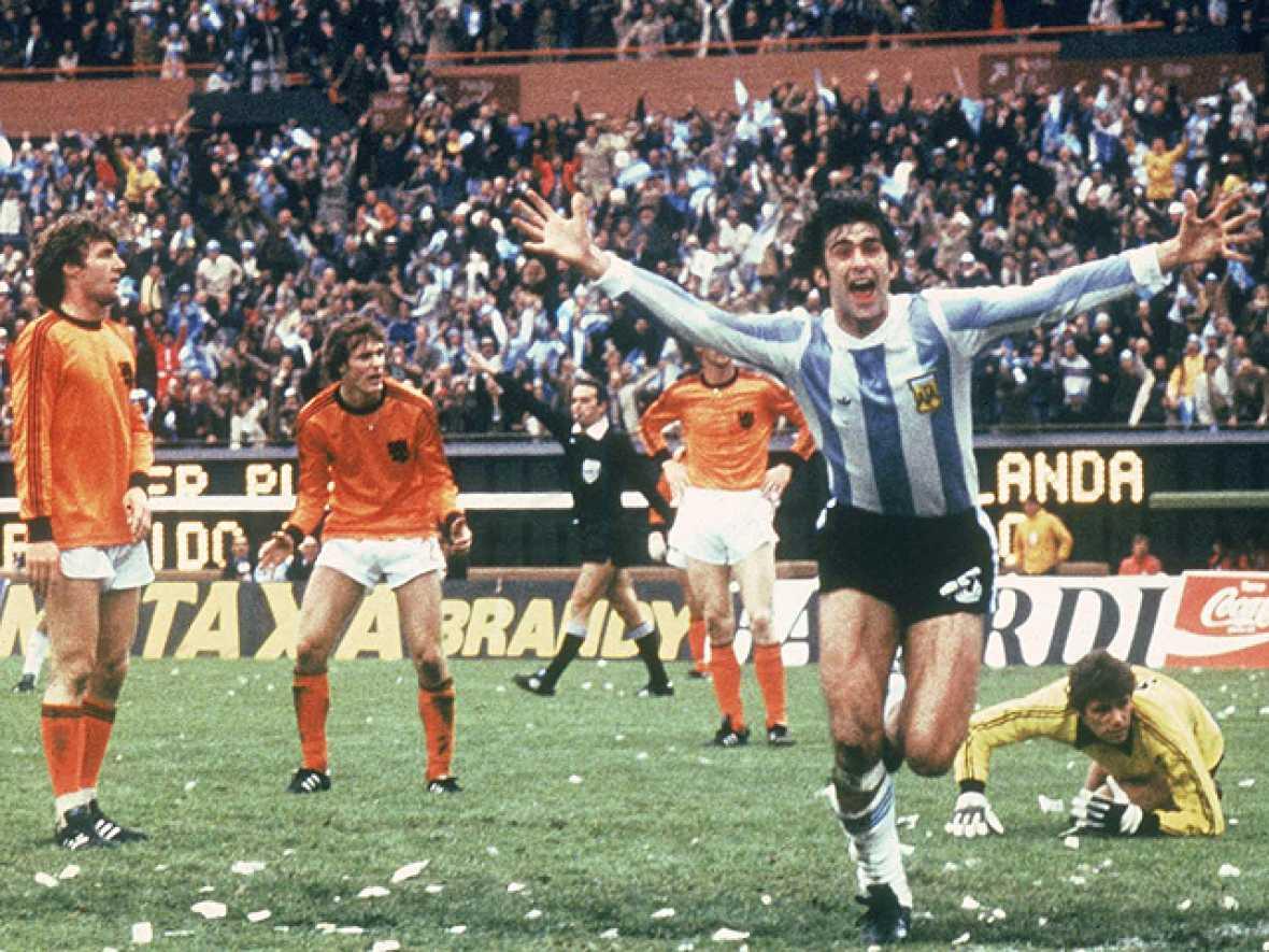 La selección albiceleste, que jugaba en su casa, fue capaz de dejar a Cruyff sin ganar el Mundial en su segunda final consecutiva. Mario Kempes fue el héroe argentino en la final.