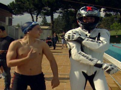 Jorge Lorenzo compite en una piscina contra Rafa Muñoz, campeón del mundo de 50m mariposa.