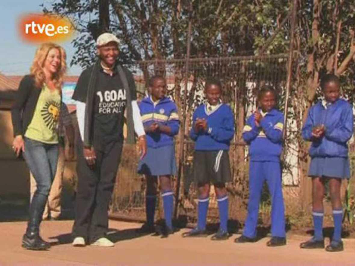 La artista colombiana Shakira visitó una escuela en los suburbios de la ciudad de Johannesburgo, donde compartió con los alumnos sus vivencias de cuando estaba en la etapa escolar.