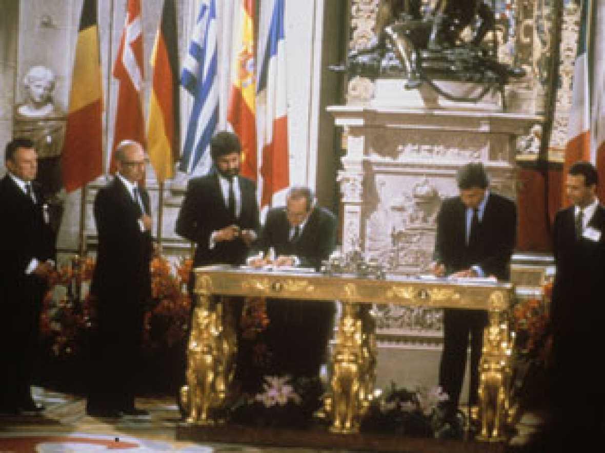 El 12 de junio de 1985 España y Portugal firmaban el Tratado de Adhesión a la CEE. Ahora se cumplen 25 años en los que ambas sociedades han cambiado radicalmente en su forma de pensar, pero también han visto cómo los dos países sufrían una transforma