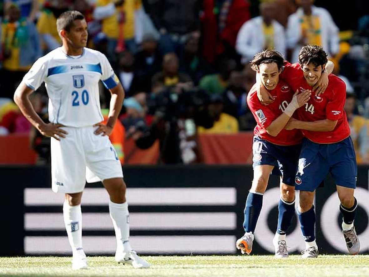 La selección de Chile se ha confirmado como el mayor rival de españa en el Grupo H después de vencer a Honduras por 1-0. El equipo de Bielsa ha echado en falta un delantero goleador como Humberto Suazo y Honduras en cambio, ha ofrecido una imágen muy