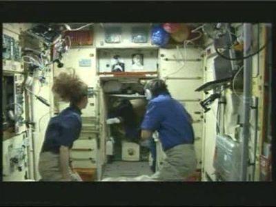 Tras igualar la presión de la Soyuz con la de la plataforma orbital fueron abiertas las escotillas y los recién llegados a la ISS, Yurchijin, Wheelock y Walker, se unieron a sus actuales ocupantes, los rusos Alexander Skvortsov y Mijaíl Kornienko, y