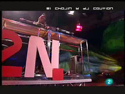 El rapero 'El Chojin' analiza a ritmo hip-hop las noticias de la semana en el programa La 2 Noticias.