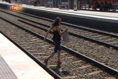 Creuant la via a Castelldefels