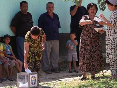 Kirguizistán celebra referéndum para aprobar nueva constitución