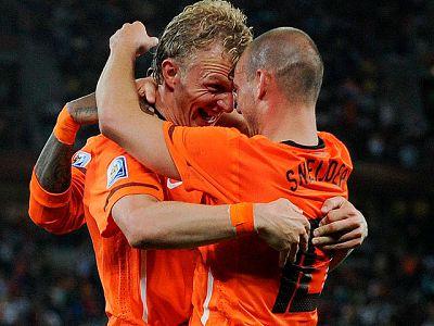 Holanda ha conseguido su pase a cuartos de final del Mundial al superar a la debutante Eslovaquia, que se despide con buen sabor de boca del torneo. El combinado 'oranje' se impuso gracias a los goles de Robben y Sneijder, mientras que Eslovaquía red