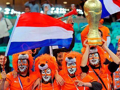 La selección holandesa firmó su pase a cuartos de final al derrotar 2-1 a la debutante Eslovaquía y sus miles de seguidores vistieron de naranja la ciudad de Durban.