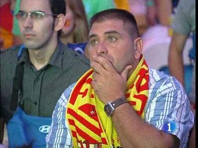 La afición española tuvo que sufrir para poder celebrar al final el histórico pase a semifinales del Mundial de la 'Roja' (04/07/2010)