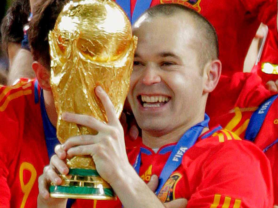 Andrés Iniesta se ha convertido en el héroe de la final del Mundial, al marcar el tanto que nos ha otorgado el primer título universal de la selección española de fútbol.