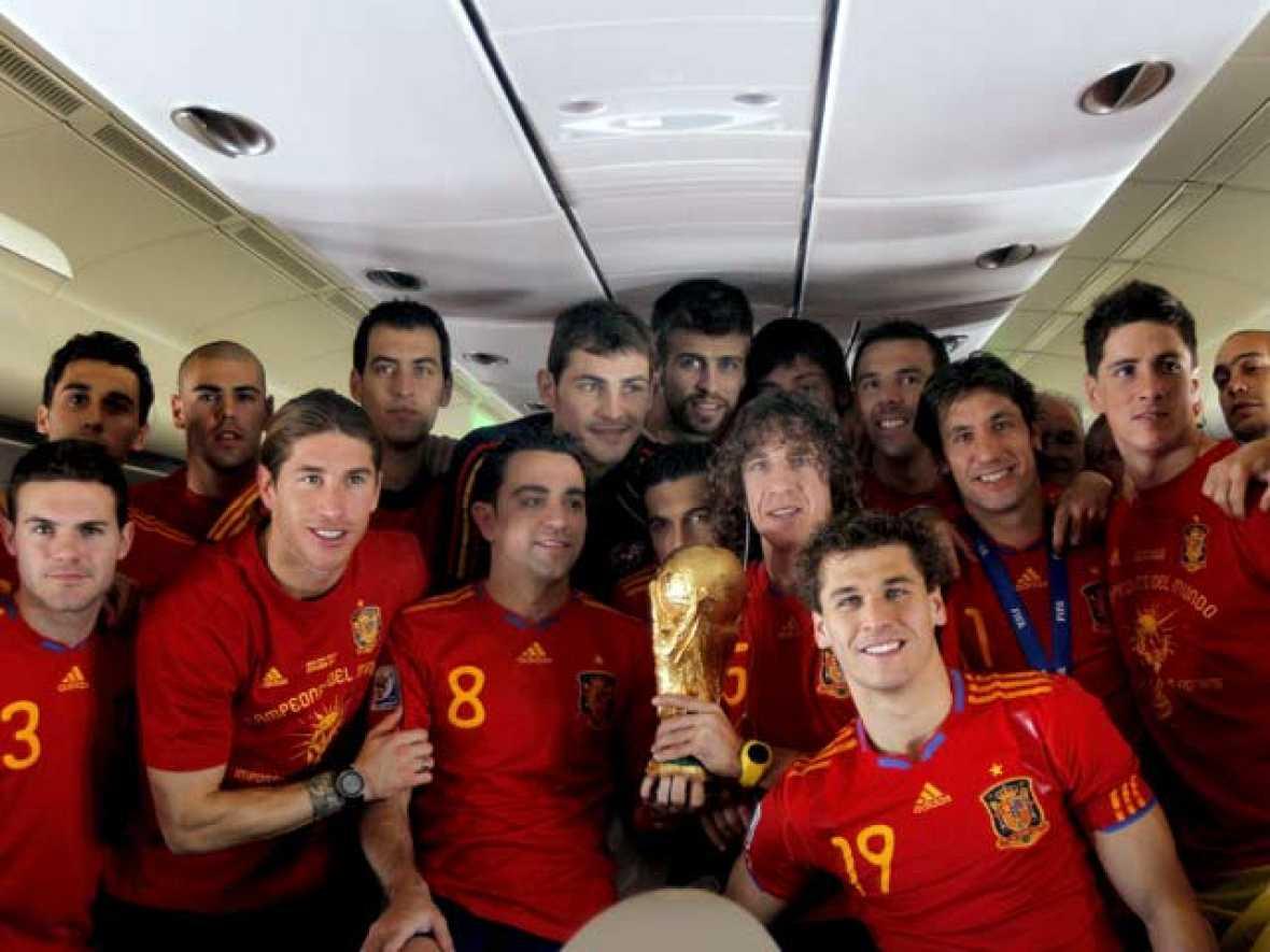TVE se ha colado en el Airbus 330/600 de Iberia para ser testigo de la celebración de la selección.