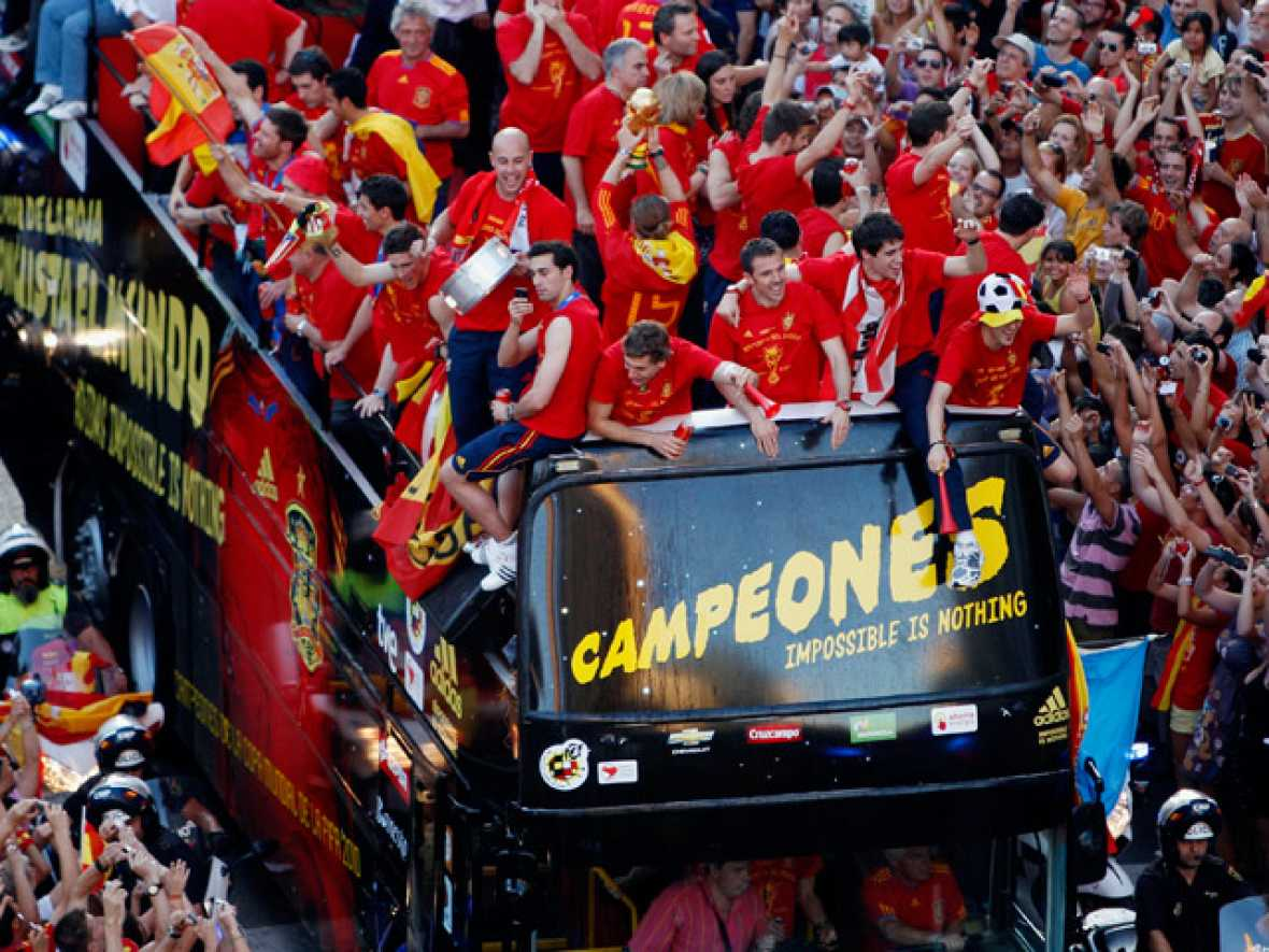 El autobús descubierto ha recorrido las calles de Madrid entre aclamaciones y gritos de júbilo. Jugadores y aficionados han disfrutado de un momento histórico.