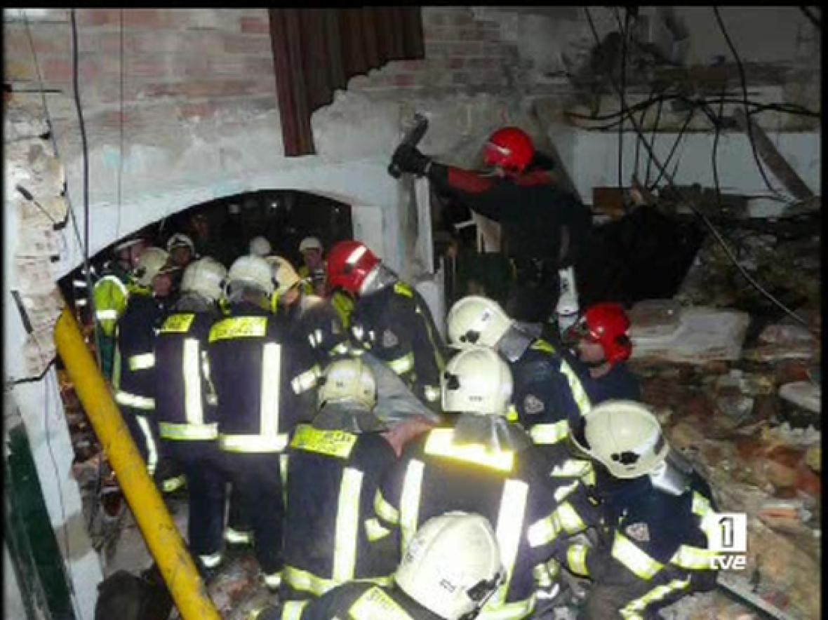 Imágenes exclusivas de los momentos previos al desalojo del cuartel de la Guardia Civil de Legutiano, donde vivían 29 personas (18/05/08).