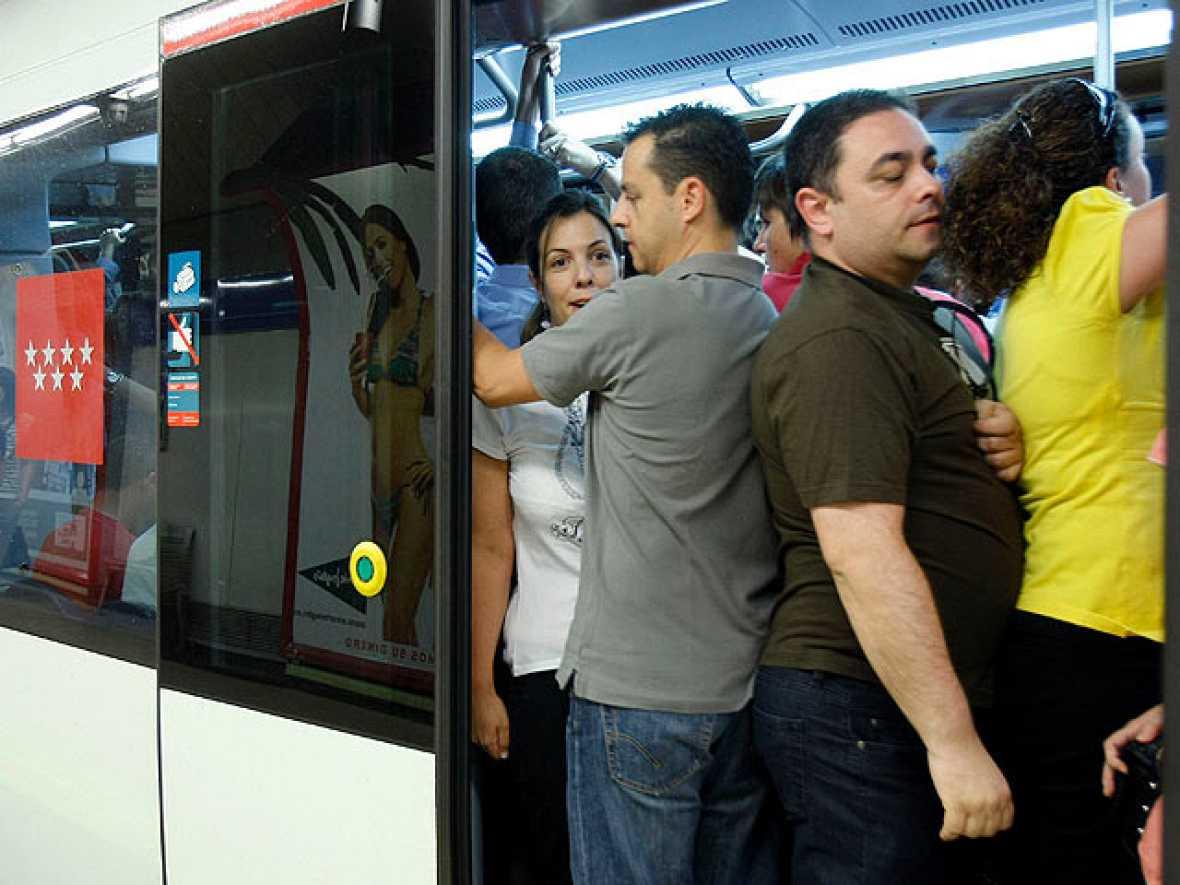 Metro de Madrid y sindicatos han alcanzado este sábado un pre-acuerdo para reducir un 1% los salarios.