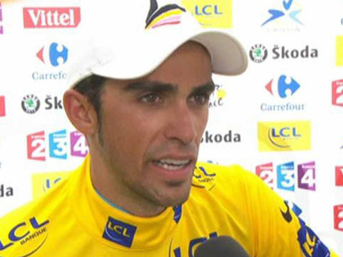 """El español Alberto Contador ha asegurado que no sabía nada de la avería de Schleck. """"Él ha atacado y yo venia super lanzado desde atrás, le he pasado y no tenía ni idea de que tuviera una avería mecánica"""", ha asegurado el ciclista de Pinto, que ha di"""