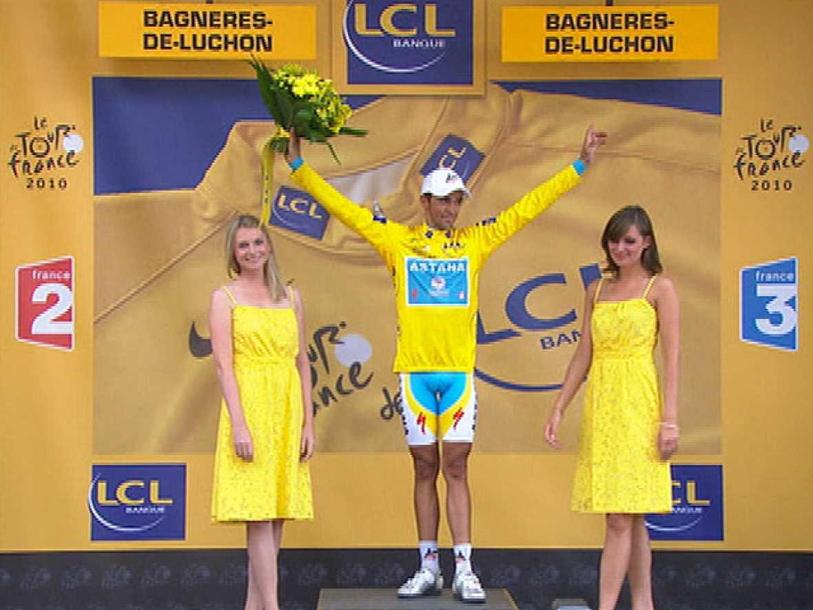 El ciclista español Alberto Contador se ha colocado líder del Tour de Francia al recuperar los 31 segundos de ventaja que le sacaba Andy Schleck al comienzo de la etapa, que se ha apuntado el francés Thomas Voeckler, el primero en cruzar la línea de