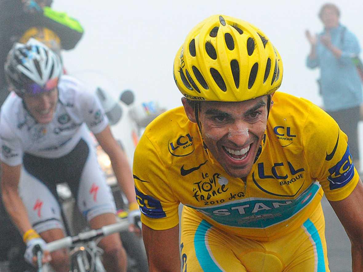 Alberto Contador ha dejado ganar la etapa a Schleck, pero tiene la victoria del Tour en la mano, a falta de la contrarreloj del sábado.