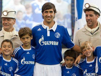 Raúl ha firmado el contrato que le une al Schalke 04 para las dos próximas temporadas.