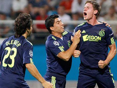 El defensa del Ajax Vertonghen peina una falta botada al área y anota el primer tanto del Ajax ante el Dinamo de Kiev.