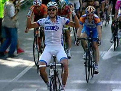 El bielorruso Hutarovich se ha impuesto en la llegada a Alcalá de Guadaíra en el final de la primera etapa en línea de la Vuelta a España, llegando por delante de Cavendish, que mantiene el maillot rojo de líder.