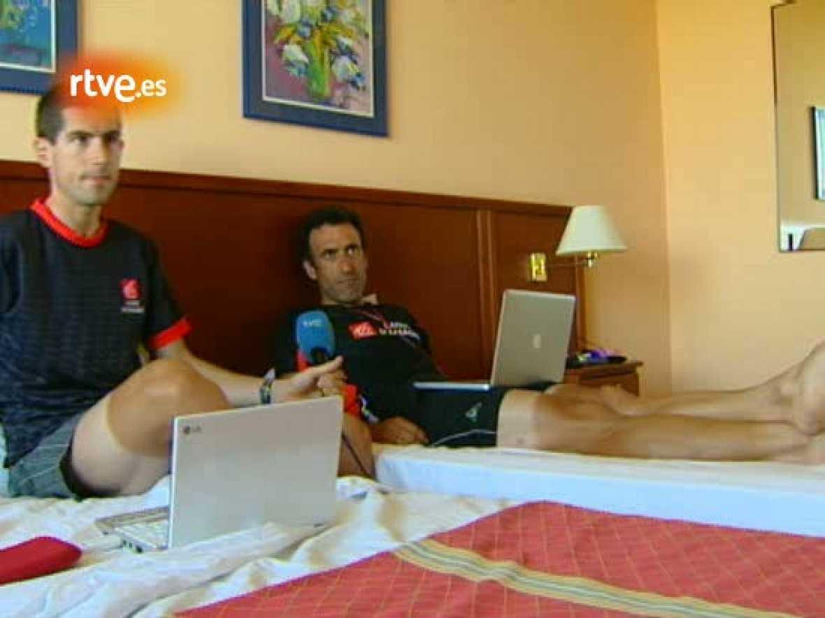Los dos ciclistas del Caisse, 'Chente' García Acosta e Imanol Erviti, compartieron con TVE cómo viven dos compañeros sus 24 horas del día juntos en la Vuelta.