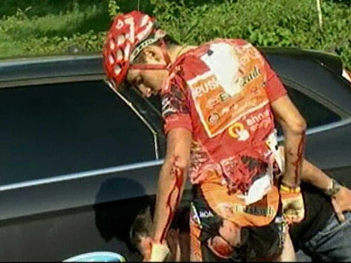 El líder de la presente edición de la Vuelta a España, Igor Antón, ha tenido que abandonar por una caída a 6 kilómetros de la meta. Tiene heridas en el costado y sobre todo tiene dañado el codo. Con él, también se ha ido al suelo su compañero Egoi M