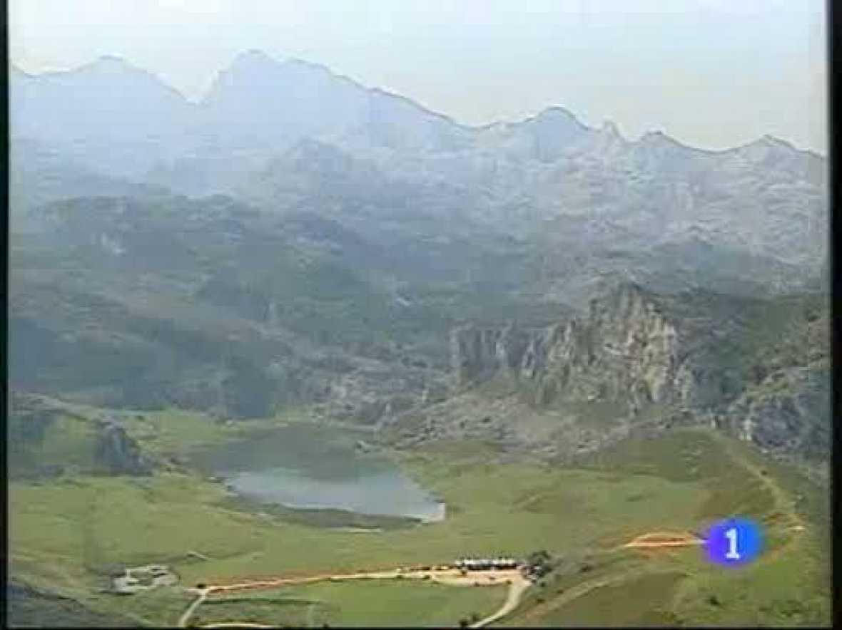 La subida a los Lagos de Covadonga se complicará aún más si cabe para el pelotón. Mucho frío y lluvia esperan ya en lo alto. Junto a ellos, estarán muchos aficionados que aguardan pese a las inclemencias del tiempo.