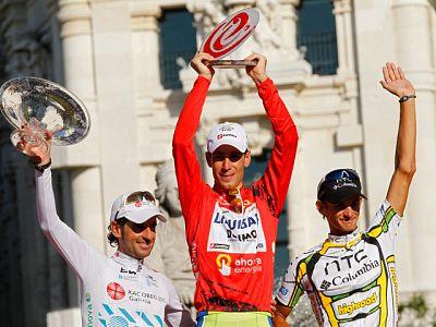 Así fue la entrega de premios a los tres primeros clasificados de la Vuelta 2010.