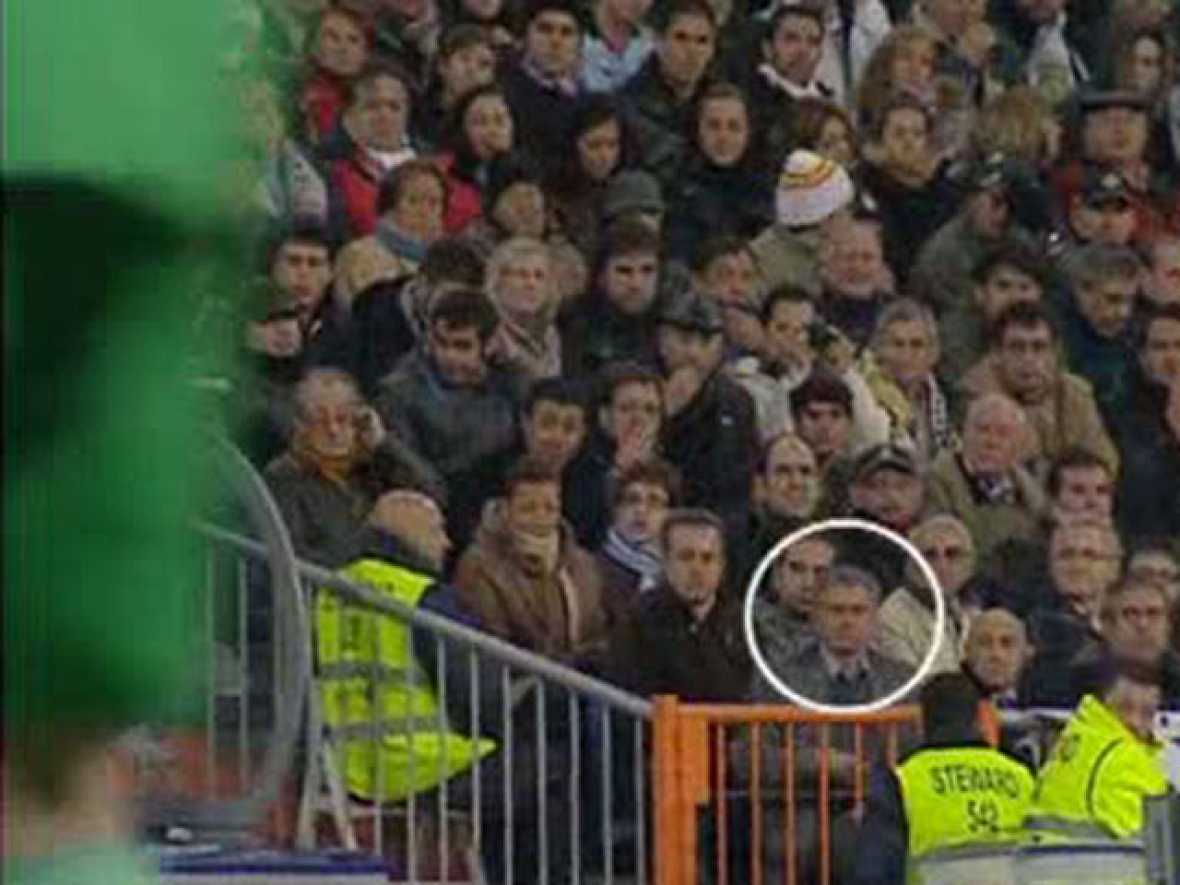 El portugués José Mourinho, entrenador del Real Madrid, presenció el inicio del partido ante el Athletic desde un palco Vip del Santiago Bernabéu, pero lo abandonó a los diez minutos para mezclarse con el público de la primera fila de la grada, desde