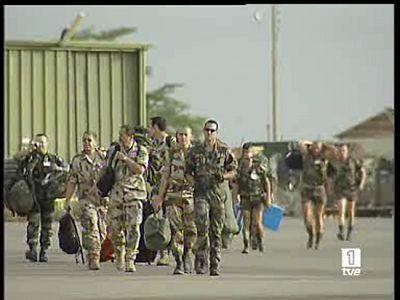 El Gobierno ha aprobado el envío de dos aviones de transporte para la misión de la Unión Europea en el Chad. Tambiénpedirá autorización para el envío de una patrullera al Líbano para reforzar a las tropas españolas destacadas en aquel país.