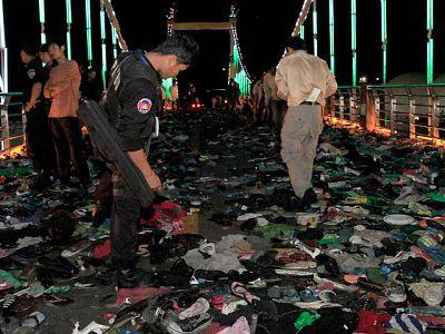 Más de 300 personas han muerto y centenares han resultado heridasAl menos 339 personas en una estampida ocurrida en un puente de la capital camboyana, Phnom Penh, en uno de los principales festivales anuales del país.