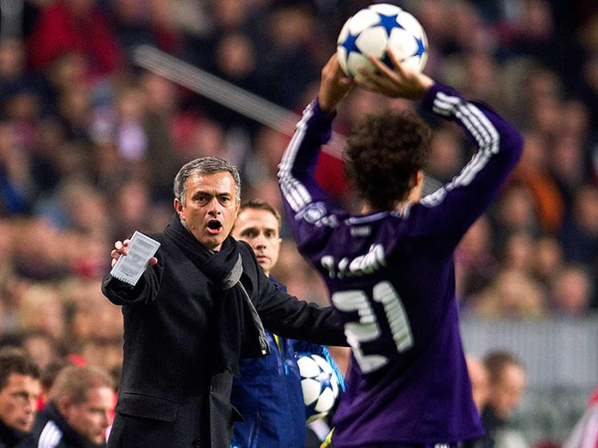 El entrenador del Real Madrid, el portugués Jose Mourinho, se mostró feliz por la imagen y el triunfo logrado en Amsterdam ante el Ajax (0-4), pero lamentó las numerosas tarjetas que vieron sus jugadores y que supusieron que su equipo acabara con nue
