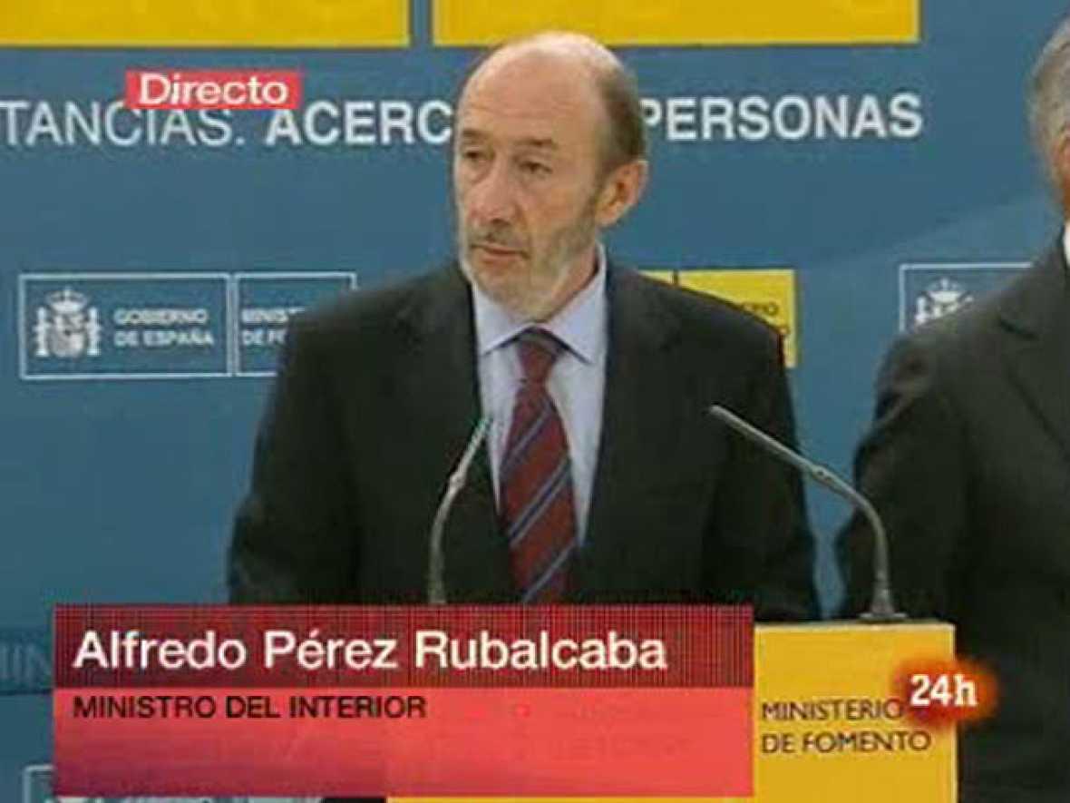 El vicepresidente primero del Gobierno, Alfredo Pérez Rubalcaba, ha comparecido ante los medios de comunicación para comunicar que los mandos militares tomarán el control del espacio aéreo en la huelga de controladores.