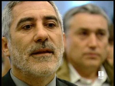 """El coordinador general de IU, Gaspar Llamazares, ha presentado su propuesta de refundación de IU. Llamazares ha dicho que, aunque la coalición está """"dolorida"""" por los resultados electorales, está dispuesta al cambio para ser """"más útil"""" (24/05/08)."""