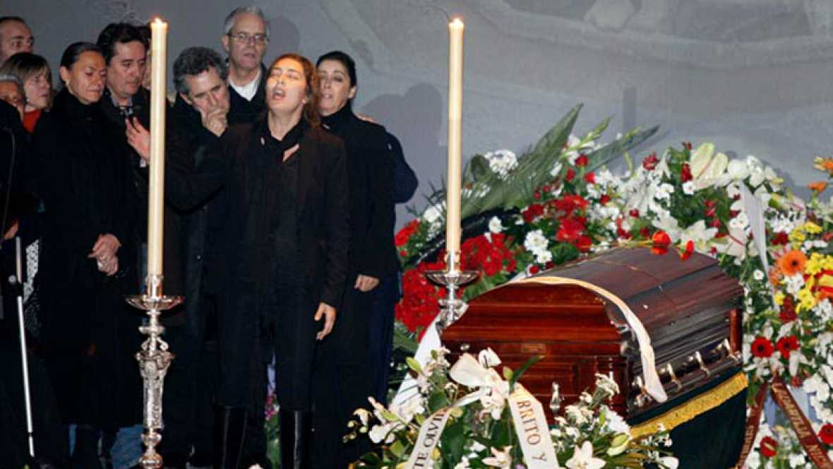 La hija de Enrique Morente ha entonado el último cante por su padre ante el féretro del cantaor en el Teatro Isabel la Católica.