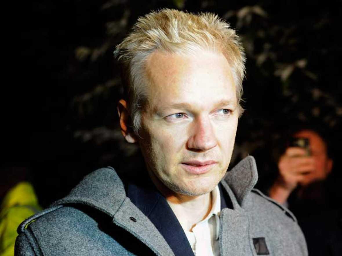 El fundador de Wikileaks ha denunciado una campaña de difamación en su contra al llegar a la casa de campo de Suffolk donde estará en arresto domiciliario todas las navidades.