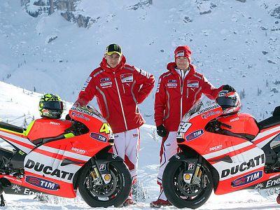 La concentración de Ducati en Madonna di Campiglio nos ha dejado esta curiosa imagen de Rossi y Hayden, pilotando motos de nieve para un anuncio.