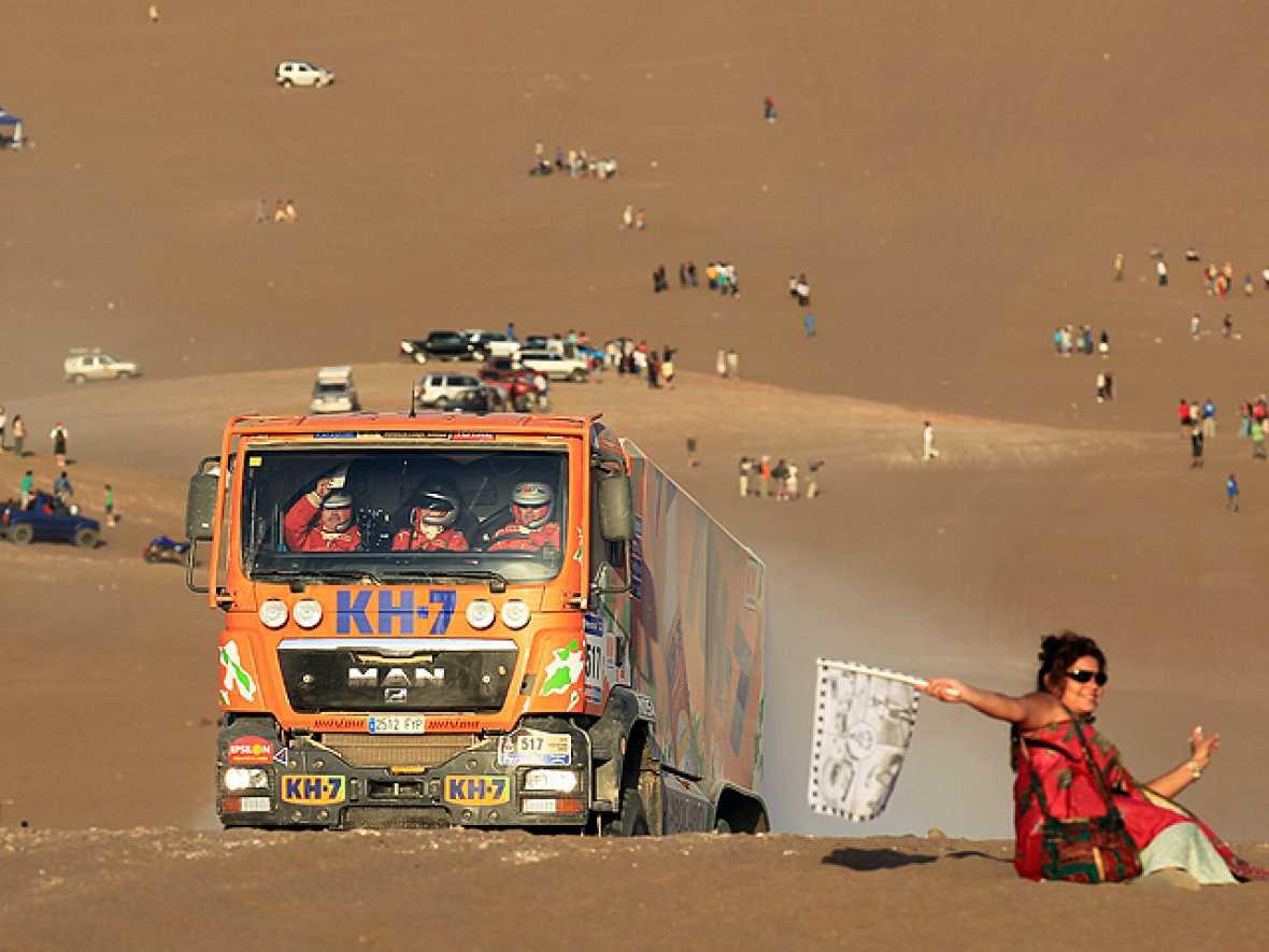 Los camiones, esos grandes olvidados en el Rally Dakar, son los protagonistas del final de cada etapa. Son los últimos en salir y en llegar, pero disfrutan tanto como el primero.