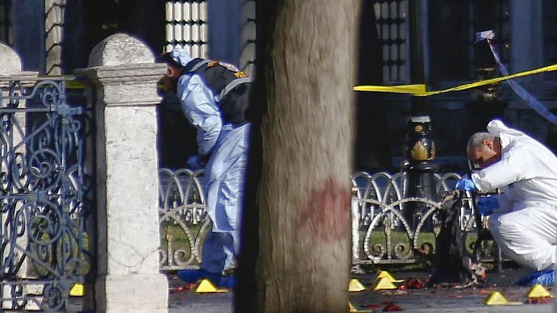La policía forense inspecciona le lugar del atentado en Estambul.