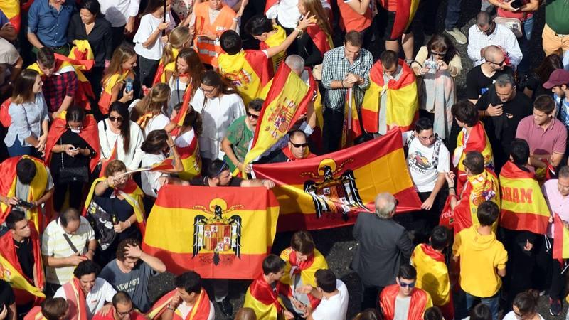 Algunas banderas preconstitucionales en la manifestación contra el 1-O en Madrid.