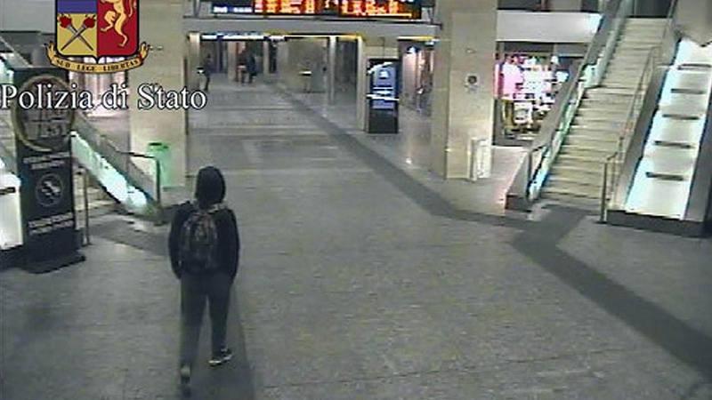 Captura de video facilitada por la policía italiana que muestra a Anis Amri en la estación central de tren de Turín (Italia) el pasado 23 de diciembre