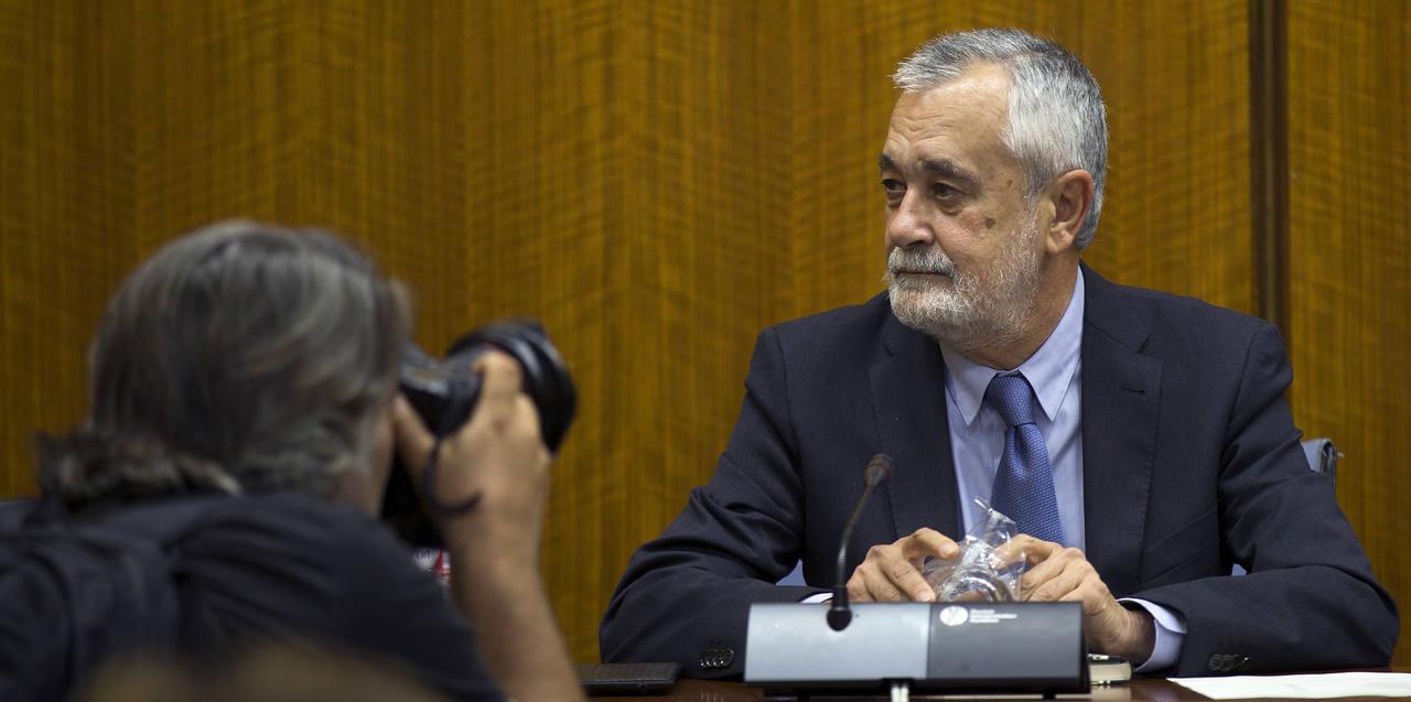 l expresidente de la Junta de Andalucía, José Antonio Griñán, antes de comparecer ante la comisión de investigación del Parlamento andaluz, sobre el presunto fraude de las ayudas a los cursos de formación.