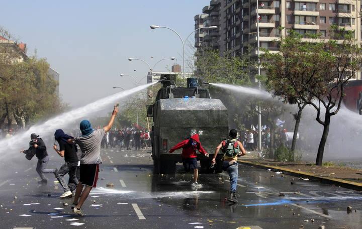 http://img.rtve.es/imagenes/manifestantes-lanzan-piedras-vehiculos-antidisturbios/1317370202373.jpg