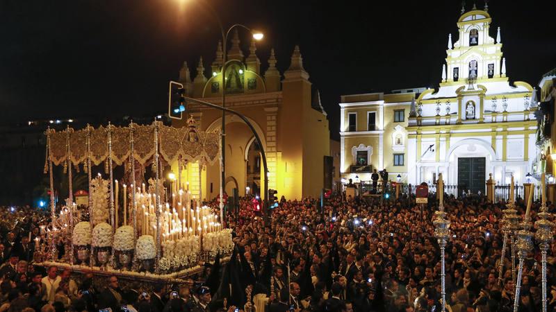 Salida de la Esperanza Macarena de su Basílica.